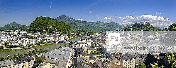 Altstadt mit Kollegienkirche  Dom und Festung Hohensalzburg  vom Mönchsberg  Salzburg  Salzburger Land  Österreich  Europa