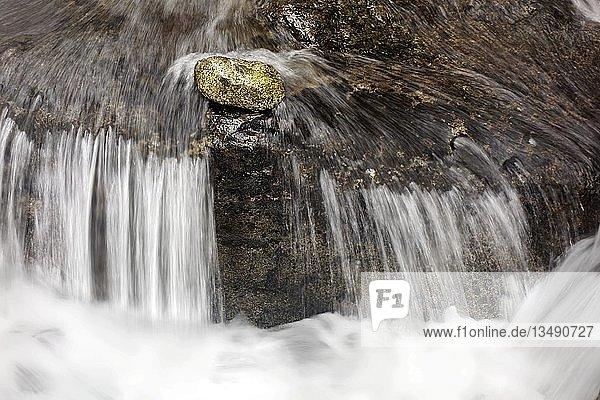 Stein liegt vor kleinem Wasserfall in Strömung  Gebirgsbach  Symbolbild  Standhaftigkeit  alle gegen Einen  gegen den Strom  Val Genova  Genova Tal  bei Carisolo  Naturpark Adamello-Brenta  Vinschgau  Trentino-Südtirol  Italien  Europa