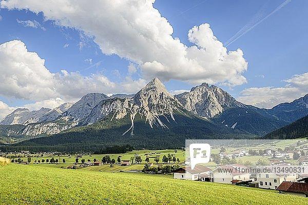 Ausblick auf die Ehrwalder Sonnenspitze  Berglandschaft  Tiroler Alpen  Ehrwalder Becken  bei Ehrwald  Lermoos  Tirol  Österreich  Europa