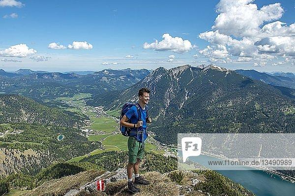 Wanderer auf dem Gipfel der Seekarspitz  Blick auf den Achensee und ins Tal nach Achenkirch  Tirol  Österreich  Europa