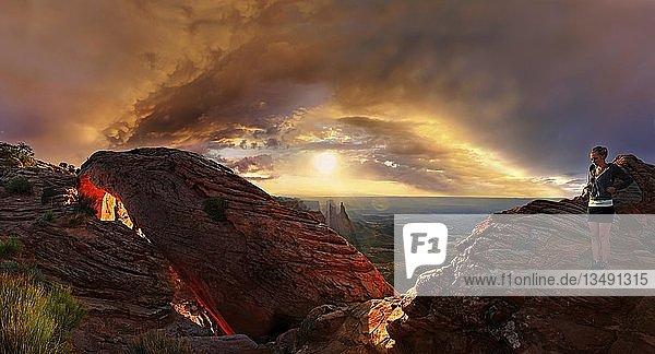 Mädchen bei Sonnenaufgang am Steinbogen Mesa Arch  Canyonlands-Nationalpark  bei Moab  Utah  USA  Nordamerika