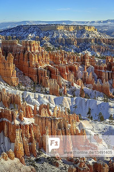 Morgenlicht  verschneite bizarre Felslandschaft mit Hoodoos im Winter  Sunset Point  Bryce Canyon Nationalpark  Utah  USA  Nordamerika