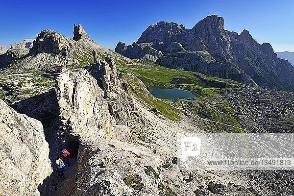Aufstieg auf den Paternkofel  hinten Drei Zinnen-Hütte und Böddensee  Sextener Dolomiten  Hochpustertal  Südtirol  Italienn