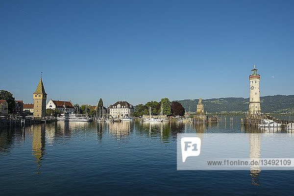 Hafen mit Mangturm und Leuchtturm  Lindau  Bodensee  Bayern  Deutschland  Europa