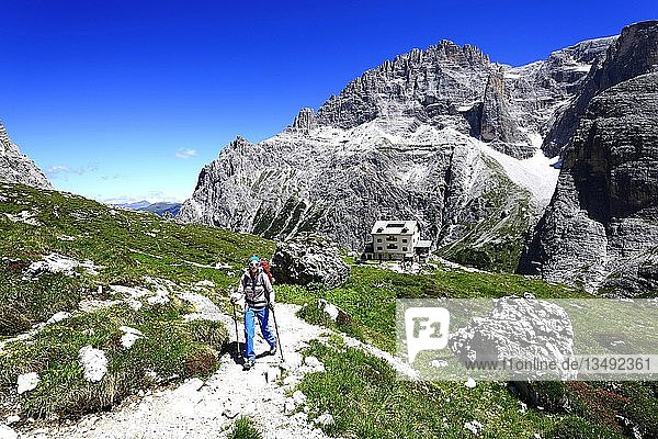 Wanderin vor der Zsigmondy oder Comici-Hütte  Sextener Dolomiten  Hochpustertal  Südtirol  Italien  Europa