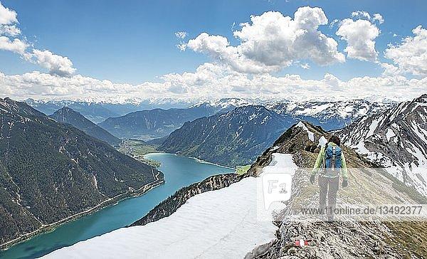 Wanderin auf Wanderweg  Überschreitung von der Seekarspitz zur Seebergspitz  Blick über den Achensee  Tirol  Österreich  Europa