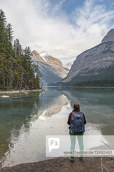 Wanderin blickt über Kinney Lake  hinten schneebedeckte Berge  Whitehorn Mountain  British Columbia  Kanada  Nordamerika