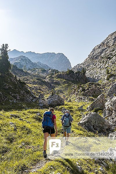 Zwei Wanderer auf einem Wanderweg  Berglandschaft  Stuhlgraben  Hinten Grießkogel  Steinernes Meer  Funtenseetauern  Nationalpark Berchtesgaden  Berchtesgadener Land  Oberbayern  Bayern  Deutschland  Europa