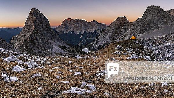 Gipfel der Sonnenspitze und Zelt mit Zugspitze im Hintergrund bei Abendlicht  Ehrwald  Außerfern  Tirol  Österreich  Europa