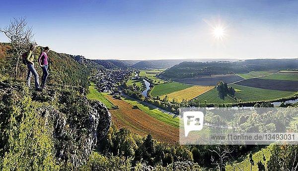 Zwei Wanderer mit Blick ins Altmühltal bei Arnsberg im Naturpark Altmühltal  Bayern  Deutschland  Europa