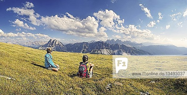 Wanderer auf der Aferer Alm am Plosen genießen den Ausblick auf das Aferer Geisler-Massiv mit Peitlerkofel  Würzjoch  Villnösstal  Dolomiten  Südtirol  Italien  Europa