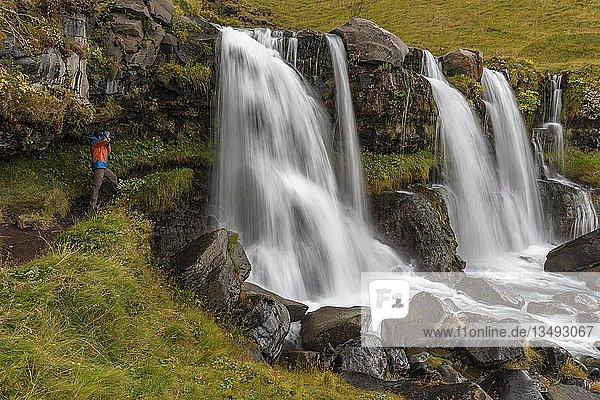 Tourist fotografiert Wasserfall Gluggafoss,  auch Merkjárfoss,  Südisland,  Island,  Europa