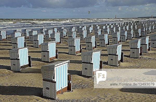 Geschlossene Strandkörbe  Saisonende  Strand von Warnemünde  Mecklenburg-Vorpommern  Deutschland  Europa