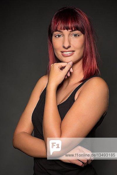 Junge Frau mit roten Haaren  Pose  Blick in die Kamera