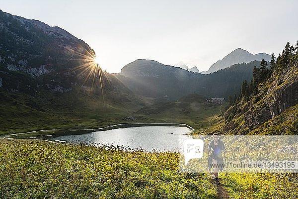Wanderin  Wanderweg am Funtensee  hinten Watzmann  Nationalpark Berchtesgaden  Berchtesgadener Land  Oberbayern  Bayern  Deutschland  Europa