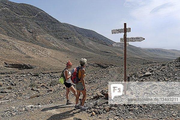 Wanderer am Wegweiser im Baranco la Huguera  Femes  Lanzarote  Kanarische Inseln  Spanien  Europa