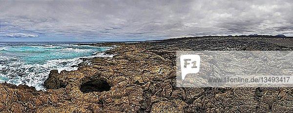Lavafeld des Timanfaya am Strand Playa del Cochino  Timanfaya Nationalpark  Lanzarote  Kanarische Inseln  Spanien  Europa