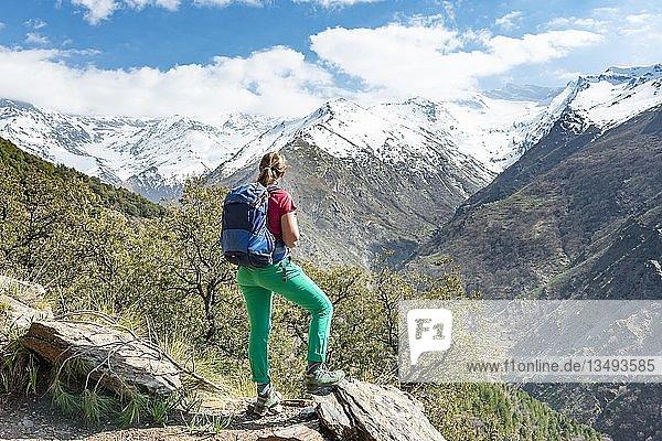 Wanderin blickt in die Ferne  hinten Sierra Nevada  schneebedeckte Berge bei Granada  Andalusien  Spanien  Europa