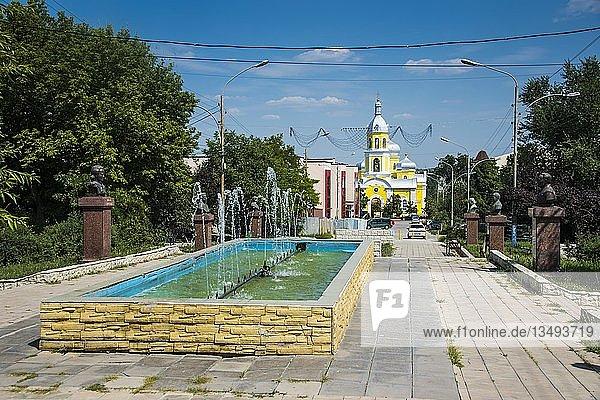 Fußgängerzone vor der russisch-orthodoxen Kirche im Zentrum  Comrat  Gagauzia  Moldawien  Europa