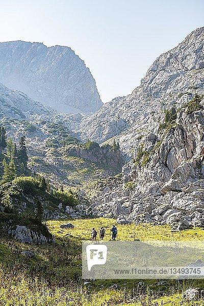 Drei Wanderer in der Ferne  Berglandschaft  Stuhlgraben  Hinten Grießkogel  Steinernes Meer  Funtenseetauern  Nationalpark Berchtesgaden  Berchtesgadener Land  Oberbayern  Bayern  Deutschland  Europa