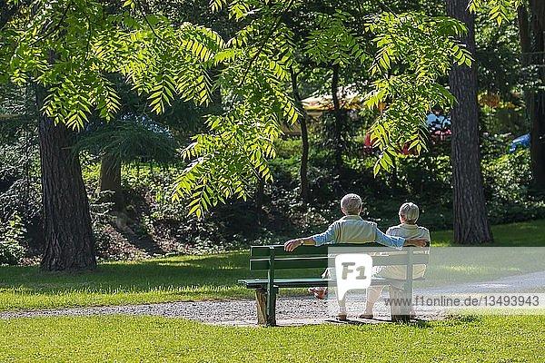 Älteres Paar genießt Frühlingssonne auf Parkbank  Deutschland  Europa