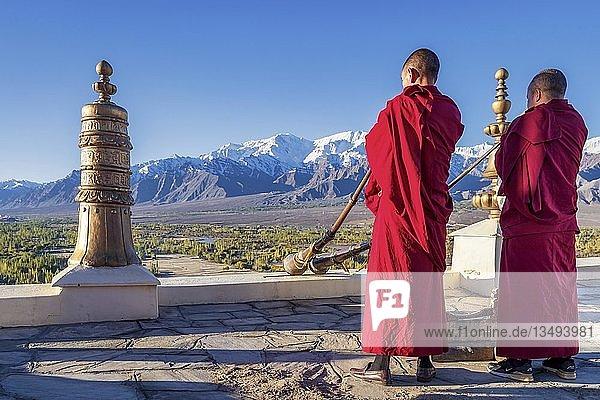 Buddhistische Mönche beim Spielen tibetischer Hörner im Thikse-Kloster (Thiksay Gompa)  Ladakh  Indien  Asien