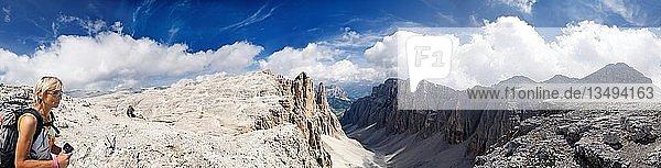 Frau auf dem Sellamassiv mit Blick zum Piz Boe  Sella Gruppe  Südtirol  Italien  Europa