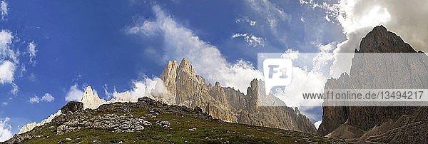 Panorama im Langkofel und Plattkofelmassiv nahe der Langkofelhütte  Grödnertal  Südtirol  Italien  Europa