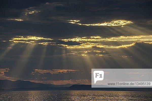 Sonnenstrahlen brechen durch die Wolkendecke über dem Amur in Wladiwostok  Russland  Europa
