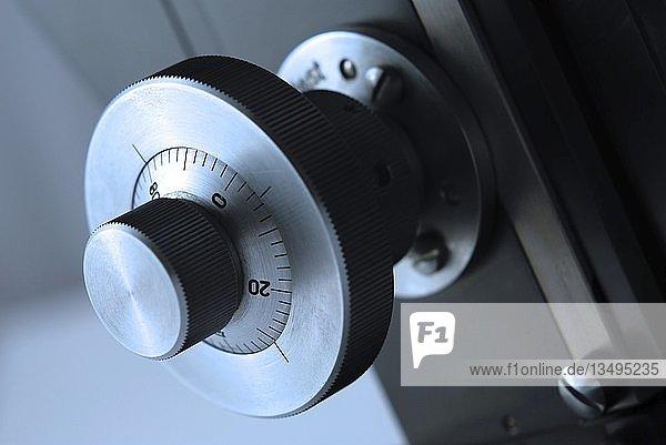 Aufnahme eines Mikroskops  Einstellrad  Detail  Emmendingen  Baden-Württemberg  Deutschland  Europa