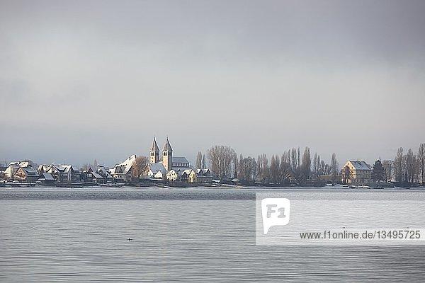 Winterstimmung  Ausblick auf Reichenau mit Kirche Peter und Paul bei Schnee  Insel Reichenau  Baden-Württemberg  Deutschland  Europa