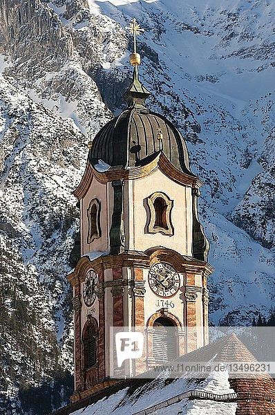 Pfarrkirche St. Peter und Paul  Winter  Mittenwald  Werdenfelser Land  Oberbayern  Bayern  Deutschland  Europa