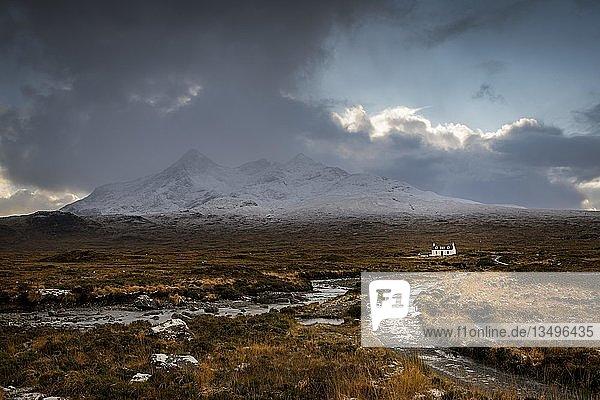 Wasserfall des AltDearg Mor mit verschneiten Gipfeln des Marsco und Sgurr Nan Gillean und kleinem Haus  Sligachan  Portree  Isle of Sky  Schottland  Großbritannien  Europa