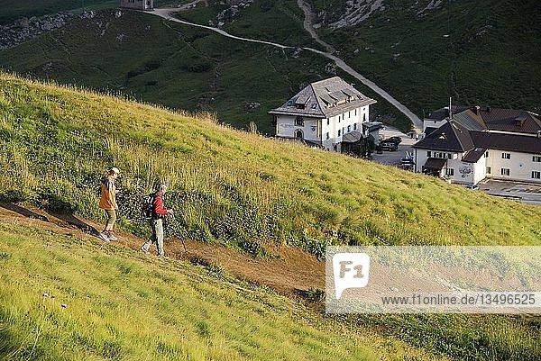 Abendlicher Abstieg vom Sellamassiv zum Passo Pordoi  Südtirol  Italien  Europa