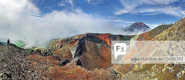 Panoramaansicht  Red Crater und Vulkanberg Mount Ngauruhoe  Tongariro Nationalpark  Manawatu-Wanganui  Nordinsel  Neuseeland  Ozeanien