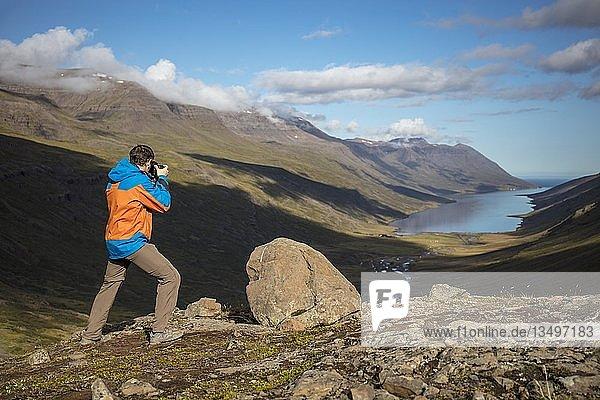 Fotograf fotografiert Aussicht vom Mjóafjarðarheiði Pass auf den Fjord Mjóifjörður  East Fjords  Island  Europa