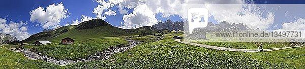 360° Panorama bei der Ladizalm mit Lalidererwänden  Wanderern  Wiesen und Wolkenhimmel im Karwendel  Tirol  Österreich  Europa