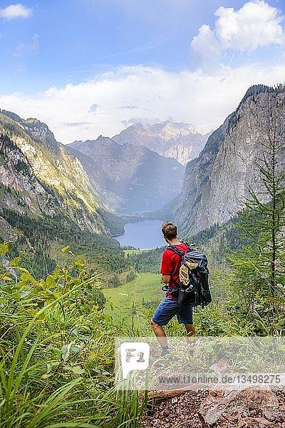 Junger Mann blickt in die Ferne  Wandern  Bergsteigen  Ausblick vom Rothsteig auf den Obersee  Königsee  Alpen  Berglandschaft  Nationalpark Berchtesgaden  Berchtesgadener Land  Oberbayern  Bayern  Deutschland  Europa