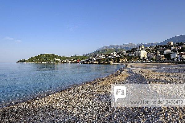 Strand im Badeort Himara  Himarë  Albanische Riviera  Ionisches Meer  Qark Vlora  Albanien  Europa