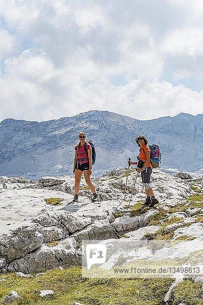 Zwei Wanderer blicken in die Kamera  Berglandschaft  Stuhlgraben  Hinten Grießkogel  Steinernes Meer  Funtenseetauern  Nationalpark Berchtesgaden  Berchtesgadener Land  Oberbayern  Bayern  Deutschland  Europa