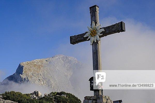 Gipfelkreuz des Kehlstein  dahinter Hoher Göll  Berchtesgadener Alpen  Nationalpark Berchtesgaden  Schönau am Königsee  Oberbayern  Bayern  Deutschland  Europa