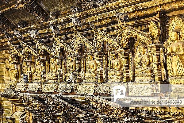 Buddha Statuen  Tauben  Goldener Tempel  Patan  Kathmandu Tal  Himalaya Region  Nepal  Asien