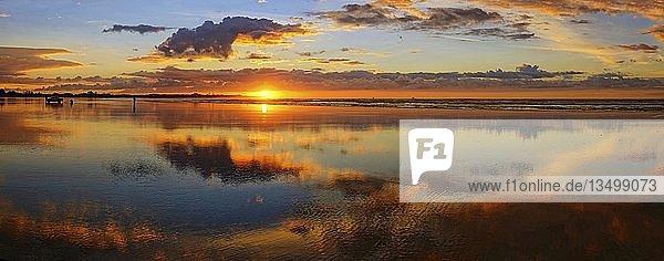 Sonnenuntergang an der Carters Beach  Wasserspiegelung  Westport  Westküste  Südinsel  Neuseeland  Ozeanien