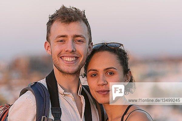 Junge Frau und junger Mann schauen lachend in die Kamera  Pärchen  Plaza de la Encarnacion  Sevilla  Andalusien  Spanien  Europa