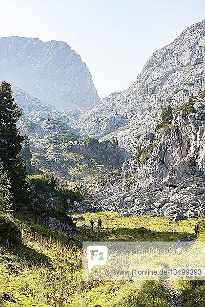 Zwei Wanderer in der Ferne  Berglandschaft  Stuhlgraben  Hinten Grießkogel  Steinernes Meer  Funtenseetauern  Nationalpark Berchtesgaden  Berchtesgadener Land  Oberbayern  Bayern  Deutschland  Europa