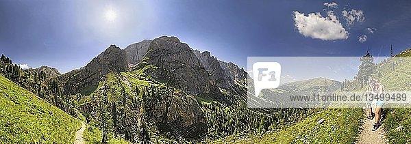 Panorama vom Aferer Geisler mit Wanderer am Würzjoch  Villnöss  Dolomiten  Südtirol  Italien  Europa