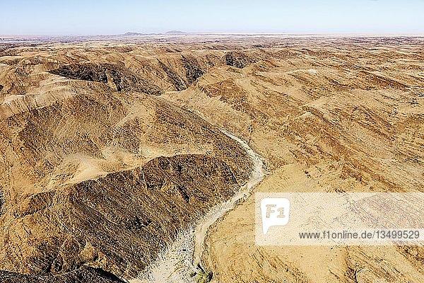 Luftaufnahme  Trockenfluss Kuiseb schlängelt sich durch Canyon  Kuiseb-Canyon  Namib-Naukluft-Nationalpark  Namibia  Afrika