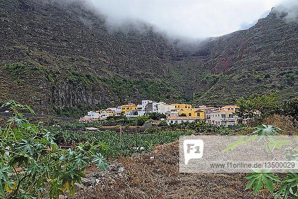 Kleines ursprüngliches Küstendorf Agulo mit Bananenfeldern  La Gomera  Kanarische Insel  Spanien  Europa