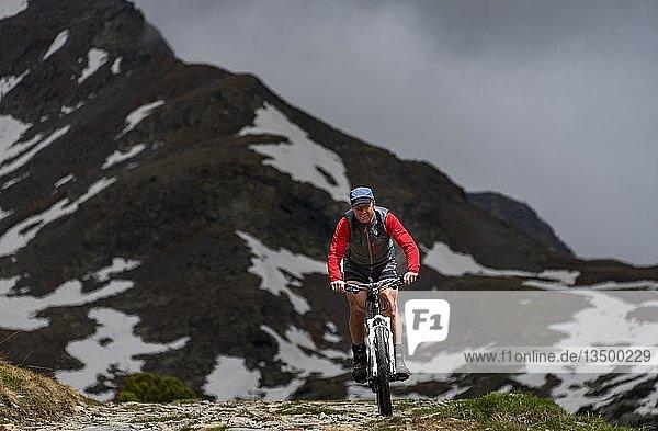 Mountainbiker vor Berggipfel  Sarntaler Alpen  San Martino  Sarntal  Südtirol  Italien  Europa