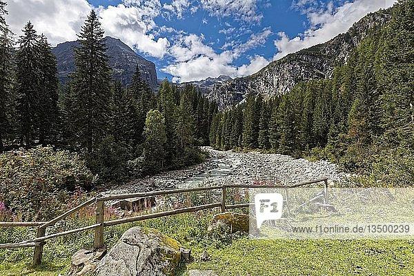 Gebirgsfluss Sarca fließt durch Berglandschaft  Berge  bei Refugio Adamello Collini al Bedole  Val Genova  Genova Tal  bei Carisolo  Naturpark Adamello-Brenta  Vinschgau  Dolomiten  Trentino-Südtirol  Italien  Europa